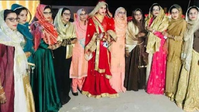 ہریانہ : نوح میوات کے گاؤں چندینی کی 11 گریجویٹ اور پوسٹ گریجویٹ بہنوں کا گروپ فوٹو