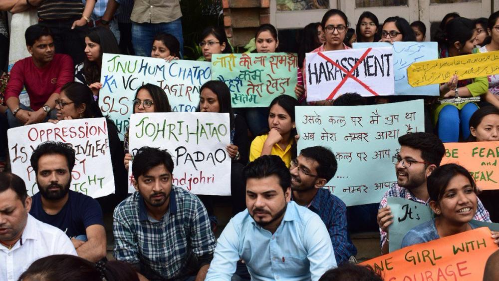 احتجاج کرتے ہوئے جے این یو کے طلبہ