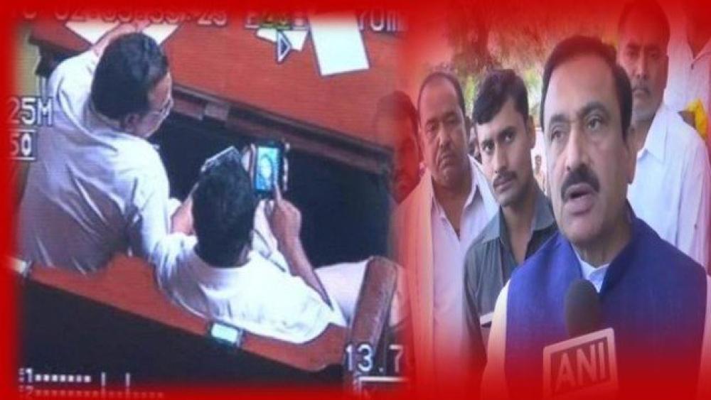 (بائیں) 2012 میں کرناٹک اسمبلی میں فحش ویڈیو کو دیکھتے بی جے پی کے اس وقت کے وزیر اور (دائیں) مدھیہ پردیش کے وزیر داخلہ بھوپندر سنگھ