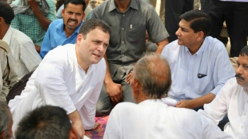 کانگریس صدر راہل گاندھی امیٹھی میں لوگوں سے باتیں کرتے ہوئے
