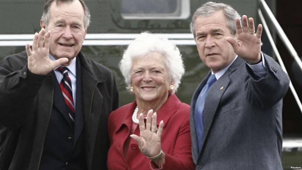 اپنے شوہر جارج بش سنیئر اور بیٹے جارج ڈبلیو بش (دائیں) کے ساتھ باربرا بش