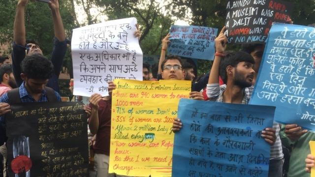 کٹھوعہ اور اُناؤ عصمت دری کے خلاف نئی دہلی میں سڑک پر اترے مظاہرین
