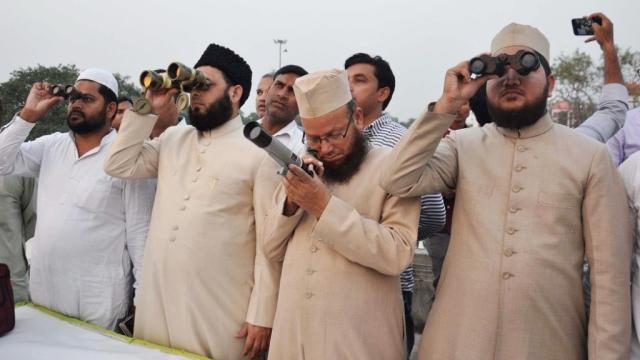لکھنؤ میں چاند دیکھنے کا اہتمام کرتے ہوئے علماء حضرات