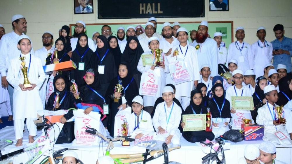 تحفہ و تحائف کے ساتھ کامیاب طلبا و طالبات