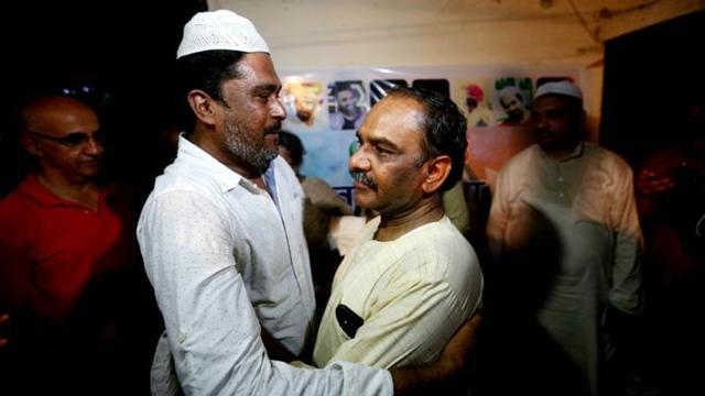 افطار پارٹی میں مہمانوں کا استقبال کرتے یشپال سکسینہ