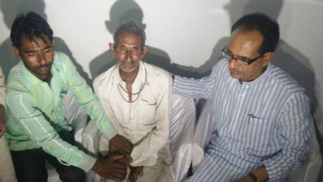 ایک سال قبل مندسور پولس فائرنگ میں مارے گئے کسانوں کے اہل خانہ کو تسلی دیتے شیوراج سنگھ چوہان (فائل)