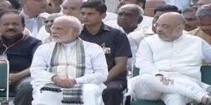 امت شاہ وزیر اعظم کے برابر میں غرور والے انداز میں پیر پر پیر رکھ کر بیٹھے