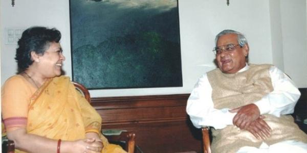 سابق وزیر اعظم اٹل بہاری واجپئی کے ساتھ سینئر صحافی مرنال پانڈے
