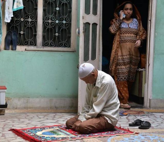 نجیب احمد کے والد نفیس احمد مصلّے پر اور والدہ فاطمہ نفیس