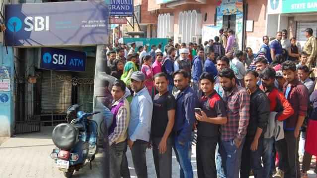 نوٹ بندی کا فیصلہ نافذ ہوتے ہی ملک میں ہنگامی حالات پیدا ہو گئے تھے اور لوگ پورے پورے دن بینکوں کے باہر قطاروں میں لگے رہتے تھے۔