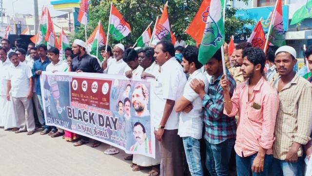 تمل ناڈو: ضلع ویلور کے وانمباڈی میں 'یوم سیاہ' پر مظاہرہ کرتے کانگریس کارکنان