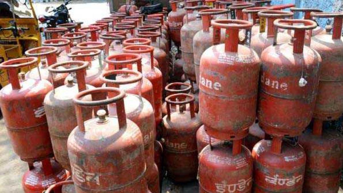 مہنگائی سے باورچی خانے میں لگی آگ، مسلسل تیسرے مہینے گیس سلنڈر کی قیمتوں میں اضافہ