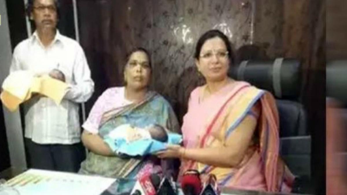 تلنگانہ میں 52 سالہ خاتون نے جڑواں بچوں کو جنم دیا