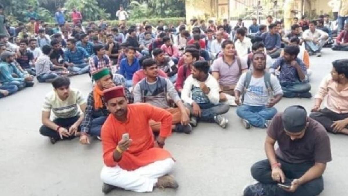 بی ایچ یو: فیروز خان کی سنسکرت ڈپارٹمنٹ میں تقرری پر ہندو طلبا کا مظاہرہ پھر شروع