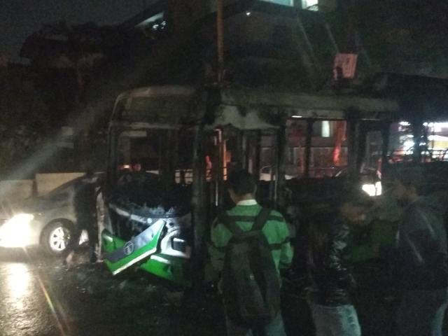 دہلی: شہریت قانون کے خلاف پُر تشدد احتجاج، مظاہرین پر لاٹھی چارج، 3 بسوں میں آگزنی
