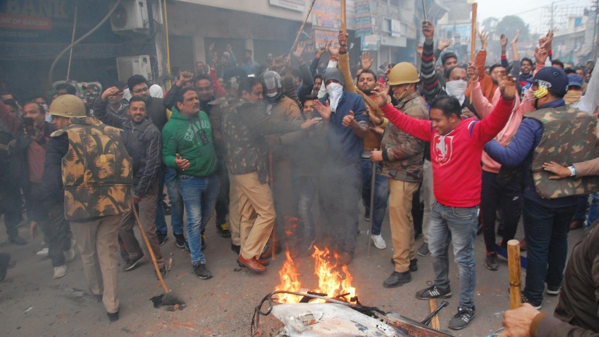 یو پی میں مظاہرین پر تشدد کرنے والے 'پُر اسرار' لوگ، 'پولیس مِتر' یا بھگوا غنڈے!