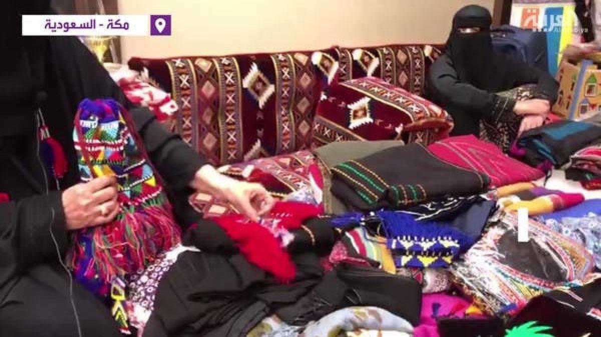 40 برس سے روایتی ملبوسات سِینے  والی سعودی خاتون