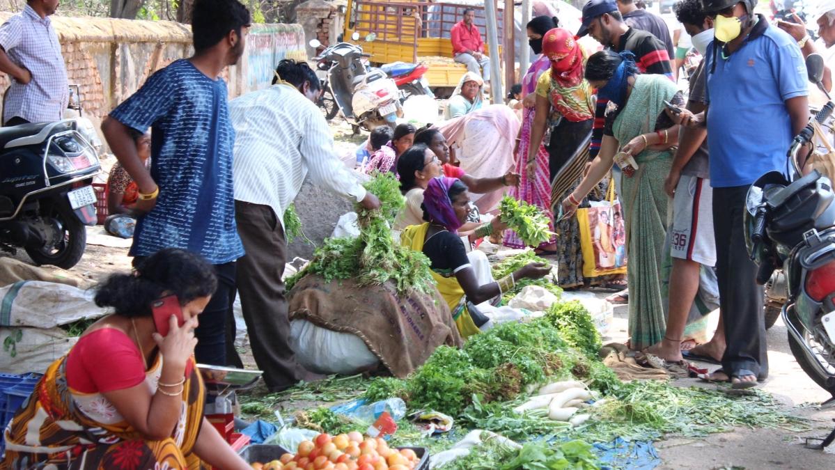 کورونا وائرس: لاک ڈاؤں کے سبب شہری علاقوں میں سبزیوں کی قیمتیں آسمان پر