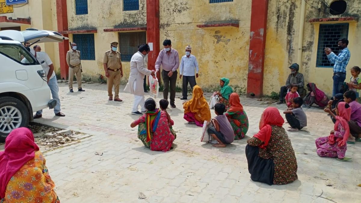 امیٹھی میں ضرورتمندوں میں ضروری اشیاء تقسم کرتے کانگریس کارکنان