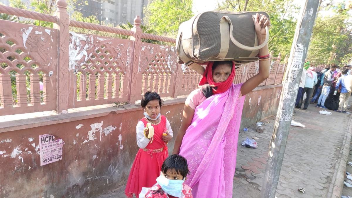 راجستھان: آگرہ روڈ پر پیدل جا رہے مزدوروں کے لئے مفت بسیں