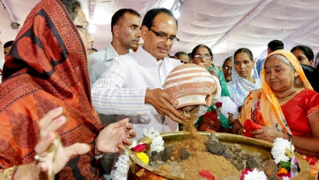 शौर्य स्मारक में शहीदों के गांवों की मिट्टी इकठ्ठा करते सीएम शिवराज सिंह चौहान