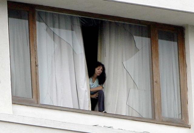 होटल से बाहर निकलने की कोशिश करती विदेशी टूरिस्ट