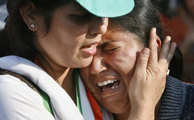 अपने रिश्तेदार को खोने के बाद रोती महिला