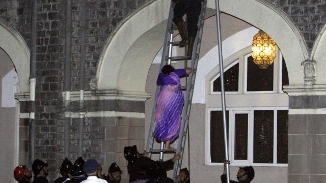 ताज महल होटल से महिला को बाहर निकालते एनएसजी के कमांडो