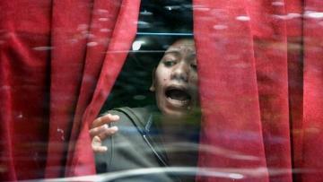 ताज होटल की खिड़की से बाहर निकालने की गुहार लगाता एक टूरिस्ट