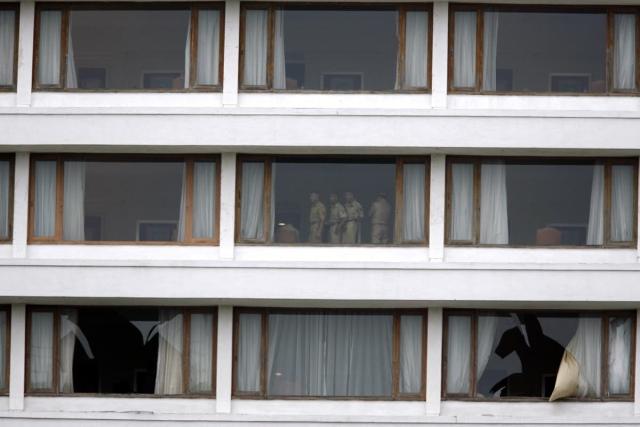 होटल का निरीक्षण करते हुए पुलिसवाले