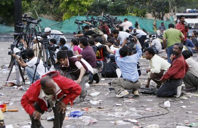 ताज होटल के बाहर गोलीबारी के बीच कवरेज करते पत्रकार