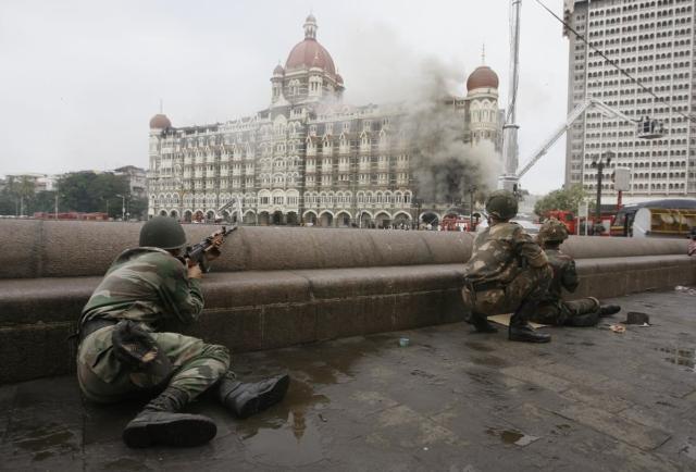 ताज होटल के बाहर पोजीशन लिए हुए कमांडो