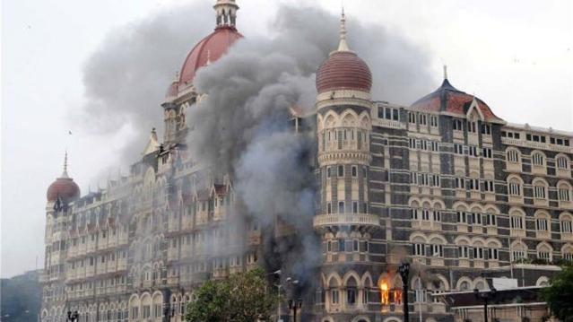 मुंबई के ताज होटल में आतंकी हमले के बाद लगी आग