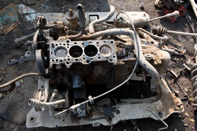सेंट्रो गाड़ी का इंजन अलग रखा हुआ है