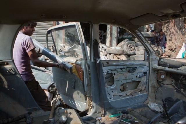सभी प्लास्टिक के हिस्सों को आमतौर पर वो लोग ले लेते हैं जो कार के हिस्सों को नष्ट करते  हैं