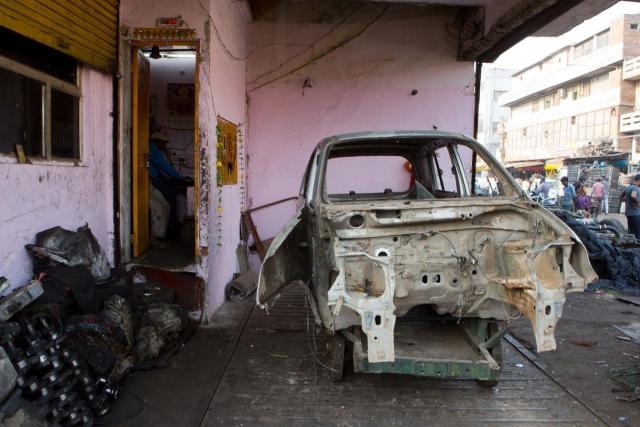 गाड़ी की मेटल बॉडी नष्ट किए जाने का इंतजार कर रही है