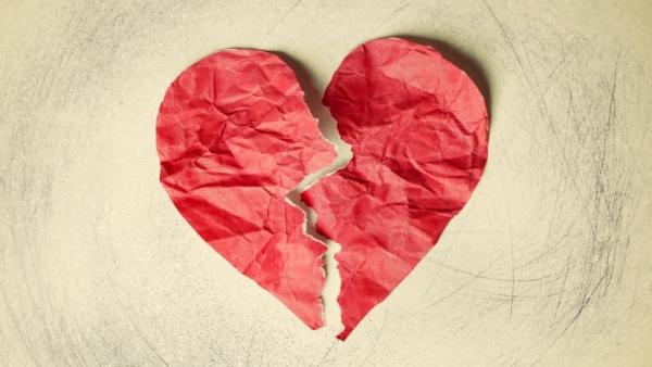 ब्रोकन हार्ट सिंड्रोम तनाव से होने वाली कार्डियोमायोपैथी (बीमारी जिसका असर दिल की मांसपेशियों पर पड़ता है) से जुड़ा है.