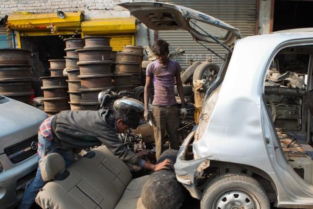 कार से CNG सिलेंडर को निकाला जा रहा है