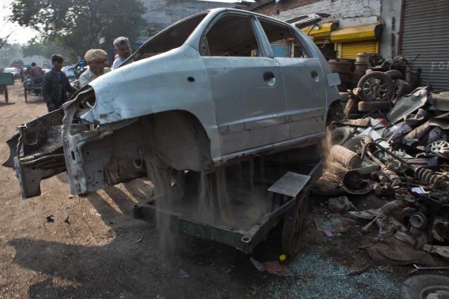 गाड़ी को नष्ट करने से पहले सैंट्रो गाड़ी को लोड किया जा रहा है
