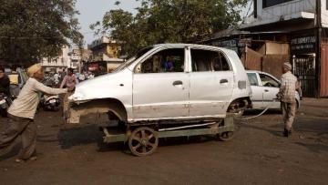 मायापुरी इंडस्ट्रियल एरिया जहां पूरी दिल्ली की पुरानी कारों को नष्ट किया जाता है