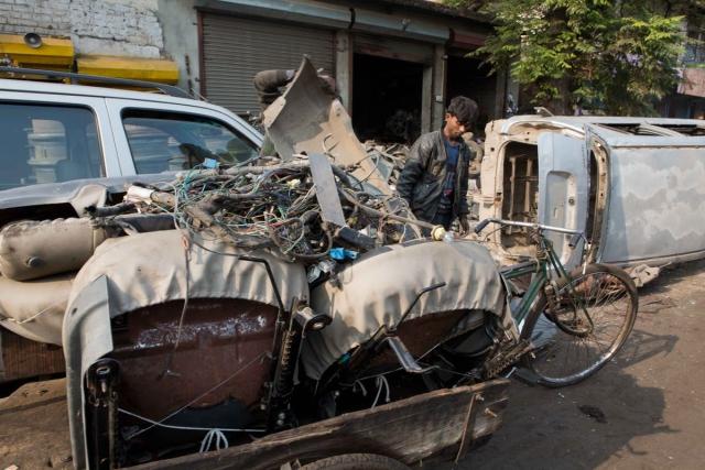 कारों की  सीटें, प्लास्टिक का सामान, इलेक्ट्रिक वायर्स को अलग करके बेच दिया जाता है