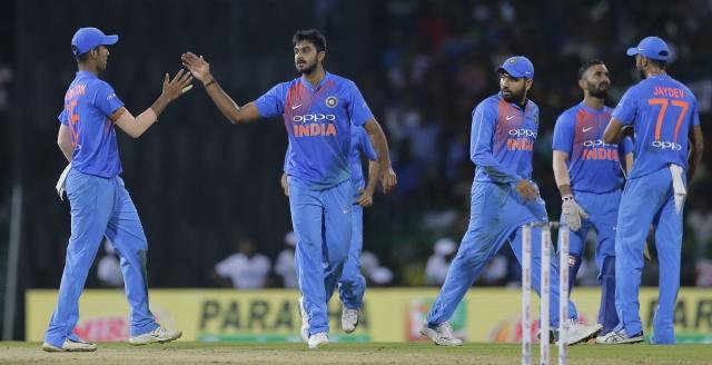 विकेट लेने के बाद जश्न मनाते भारतीय खिलाड़ी