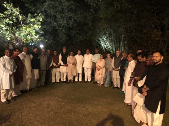 यूपीए अध्यक्ष सोनिया गांधी के आवास पर विपक्षी नेताओं का जमावड़ा