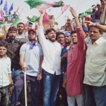 सुप्रीम कोर्ट के फैसले के खिलाफ विरोध-प्रदर्शन करते लोग