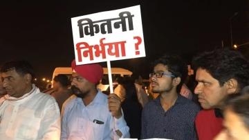रविवार को दिल्ली, मुंबई समेत कई शहरों में लोगों ने विरोध प्रदर्शन किया