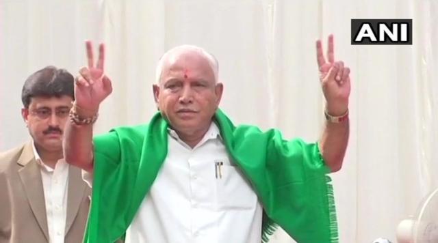 शपथ ग्रहण समारोह के बाद बीएस येदियुरप्पा ने दिखाया विक्टरी साइन