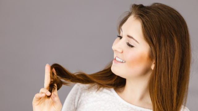 बालों पर हेयर सीरम या कंडिशनर का यूज करें