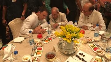 इफ्तार पार्टी में प्रणब मुखर्जी से गुफ्तगू करते राहुल गांधी