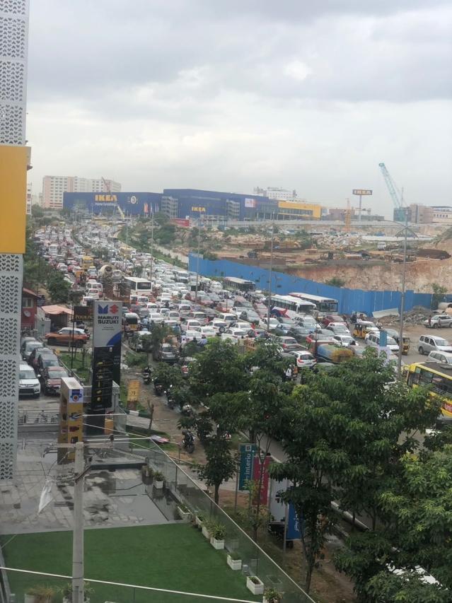 हैदराबाद के हाईटेक सिटी में आइकिया स्टोर के उद्घाटन के दौरान लंबा ट्रैफिक जाम