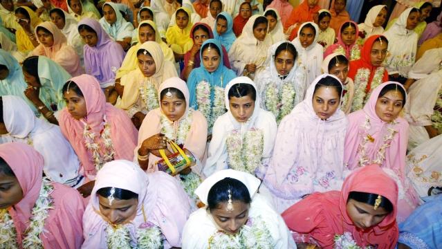 बोहरा दाऊदी समाज की महिलाएं धार्मिक आयोजन में हिस्सा लेते हुए